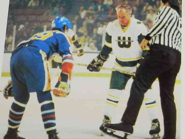 One more time: 51-year-old Gordie Howe facing off against 18-year-old Wayne Gretzky https://t.co/ZCxCtFBFTv