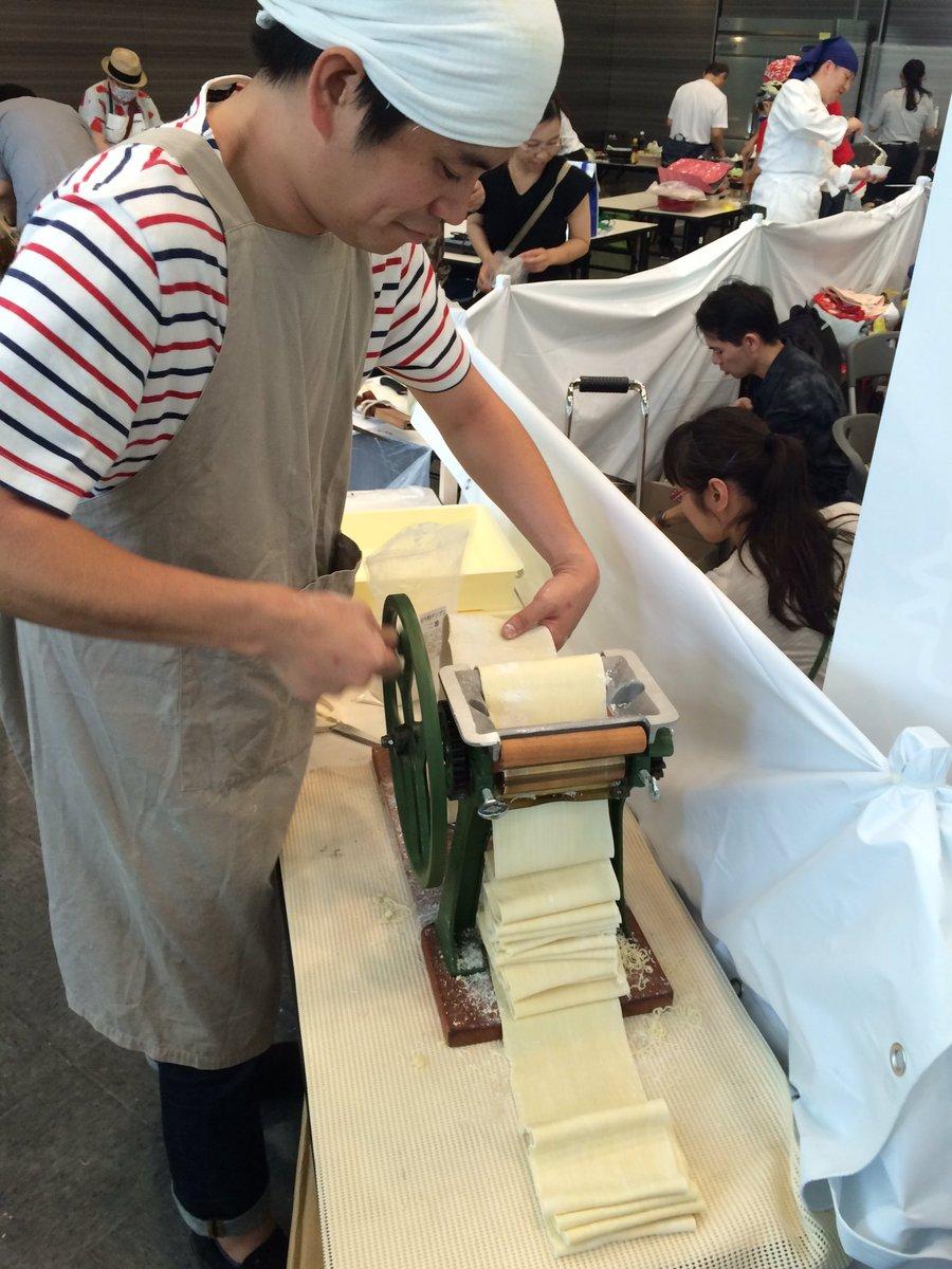 秋葉原で製麺機回してる人がいる。すげー上手。標本製麺より。 #グルコミ https://t.co/AqSAfBYswc