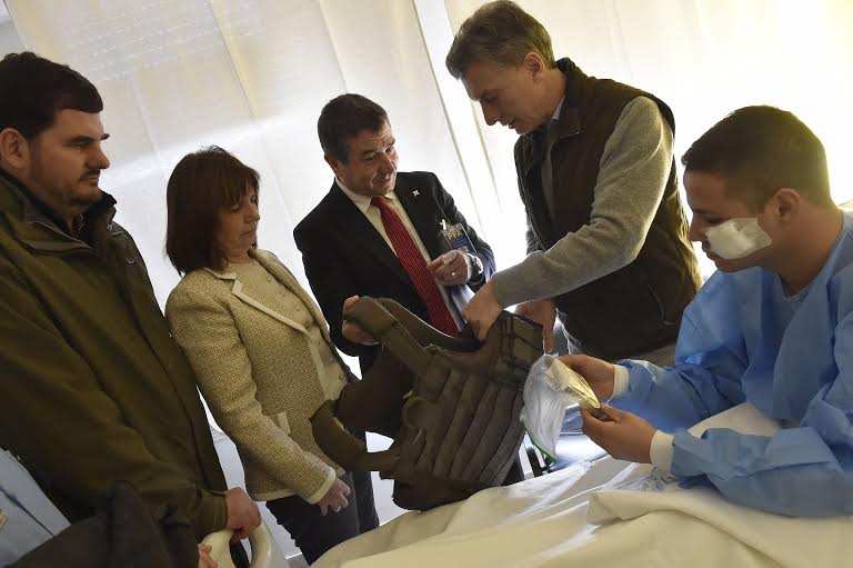 El Presidente Macri visitó en el Hospital Churruca a dos policías heridos en enfrentamientos con delincuentes. https://t.co/O9HnaCpAEY