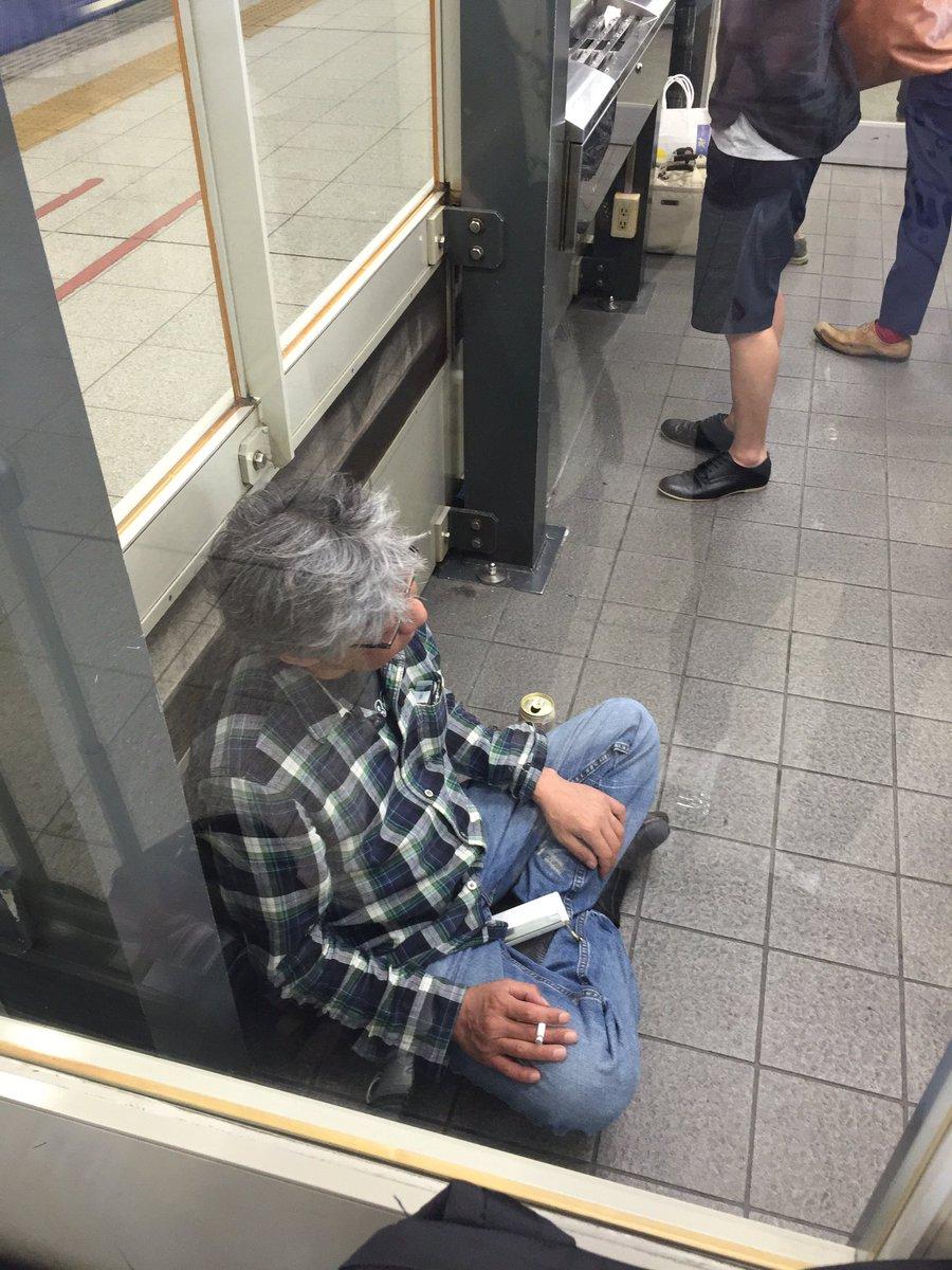 今日は新幹線で盛岡への移動日。オトナの男はどこであろうとあぐらをかいて酒タバコをたしなむ。一見浮浪者風だが、スタイルを貫き通す男はカッコイイ。(この写真をあげるのはさすがに躊躇しましたが、さわおさんが了承してくれたのであげたよ!) https://t.co/CK0aNOqEkQ
