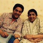 Anand aur main ek photo mein aur dusre photo mein Meena ki poti Saanjali aur Anand ke bacche Zanai aur Ranjai. https://t.co/ikV1s9yXCJ