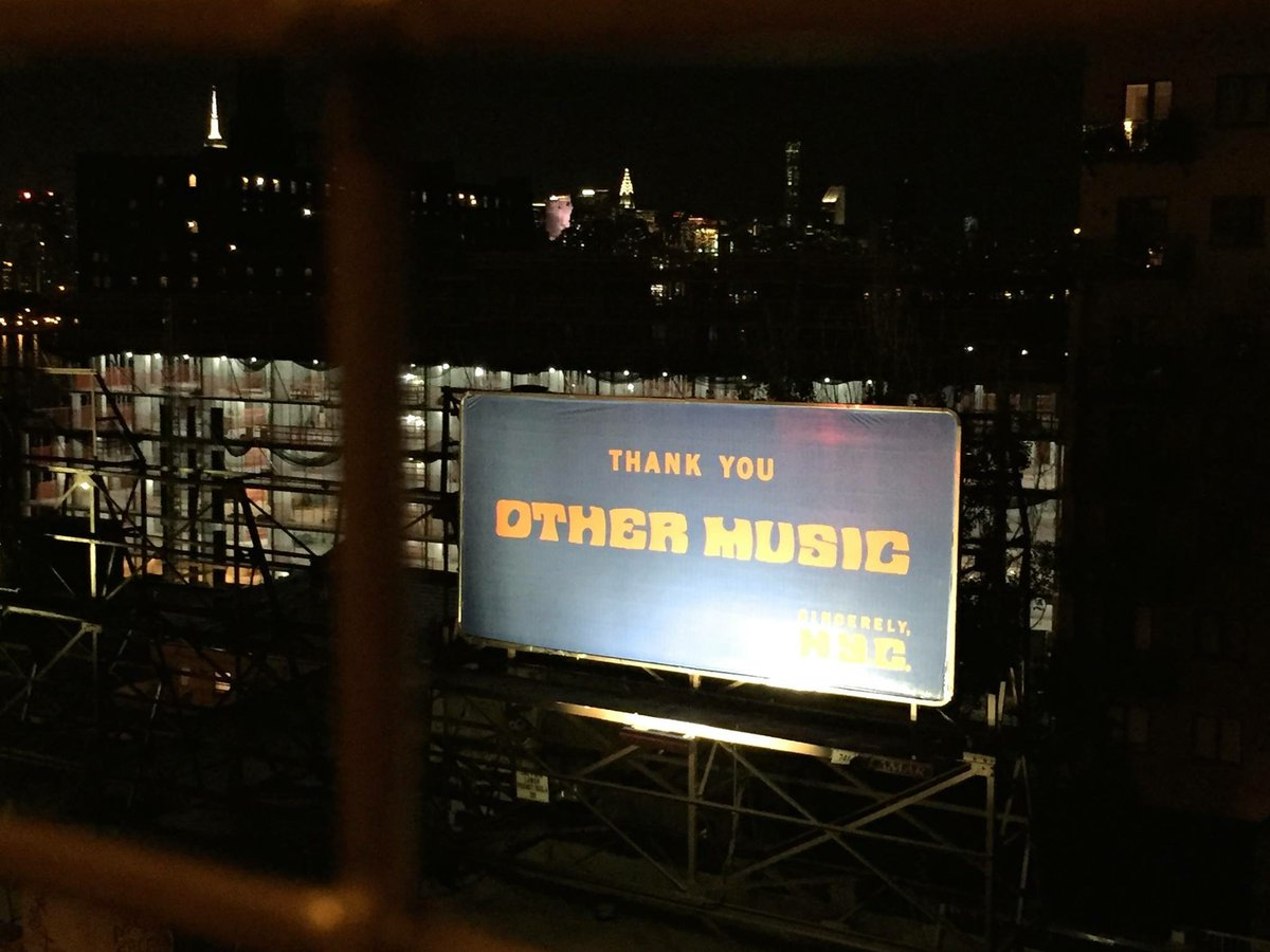 A truly touching tribute, as photographed by Shiho Kataoka while crossing the Williamsburg Bridge. Thank you, N.Y.C. https://t.co/KzoXl9Re4X