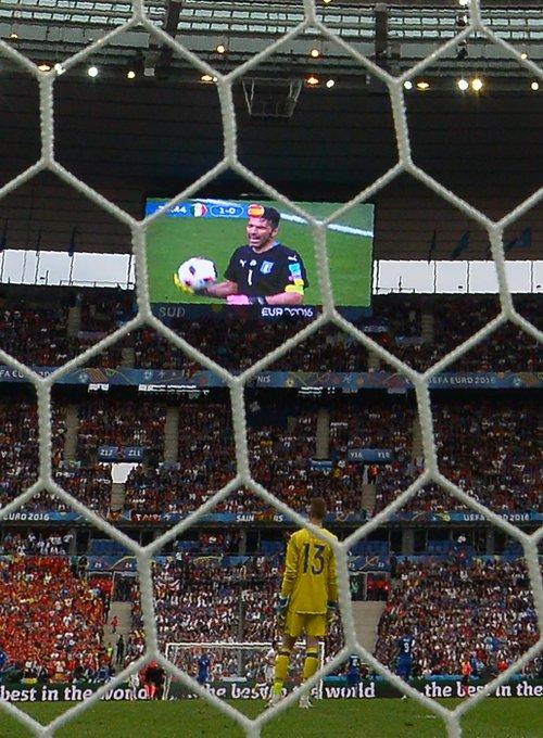 De Gea watches his opposite number... #EURO2016 https://t.co/RuJFgbNPYr
