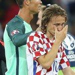 كريستيانو رونالدو يواسي لوكا مودريتش بعد خروج منتخب بلاده من يورو 2016. #POR #COR https://t.co/mIIXXSBCoe