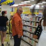 Mata Figueroa haciendo sus compras habituales en Dominicana. Dice que #NvaEsparta está del carajo #25Jun #Venezuela https://t.co/UEAYeqxk88