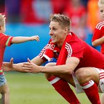 Keep it going Dad! @_DaveEdwards delighted to catch up with his children after @FAWales go marching on at #EURO2016 https://t.co/BDaFbZMOWM
