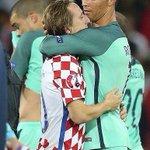 Quand Cristiano Ronaldo console son coéquipier en club Modric après la rencontre ! https://t.co/YxwjOJSMMo