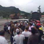 Estuvimos dialogando con los transportadores de carga en la vía Pamplona - Cúcuta. https://t.co/FcXESbEdae