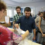 Con mi madre, con amigos y los apoderados de Unidos Podemos. Así da gusto ir a votar ???????? #UnidosPodemos26J https://t.co/lVGwgB3Vc2