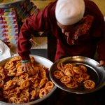 The Buddhist monks serving iftar for Muslims in Bangladesh during #Ramadan https://t.co/GplMSgqkTS https://t.co/mASAxn5fTE