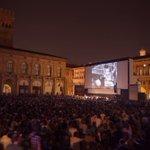 Piazza Maggiore gremita per il cineconcerto TEMPI MODERNI #CinemaRitrovato Tutte le foto: https://t.co/otiE3UiFjl https://t.co/zQLM5QIg4w