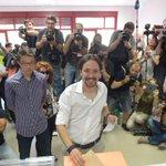 Nuestro candidato a presidente @Pablo_Iglesias_ vota acompañado de su madre y de @ierrejon #UnidosPodemos26J https://t.co/UD2mAOEipv