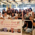 Así sé recibieron a @laliespos En el aeropuerto de Madrid!!???????????? En pocos días la firma del discos!! #SOY https://t.co/0oT9KjT0CL