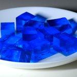 食後のデザートはチェレンコフゼリー。見た目も涼し気な青色のゼリーです。このゼリー、名前の通り、光りま…