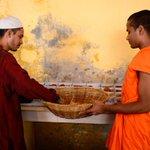 Buddhist monks serve iftar for Muslims in Bangladesh https://t.co/PX8Q9HlZE9 https://t.co/eZ0q8i2GGw