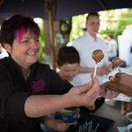 Le chocolat suisse remporte le cœur de tous les supporters @HofSwitzerland #FRA #IRL @HappyLilly_ a le coup de main https://t.co/jh7tjBRDlS