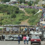Marcha de pobladores y maestros desde el Puente del enfrentamiento de hace 8 días para exigir justicia #Oaxaca https://t.co/ut1ISL7R51