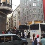 La polizia rincorre per la città piccoli gruppi di dimostranti, poi dà inizio alle cariche #istanbulpride https://t.co/R0NG4nzIEi