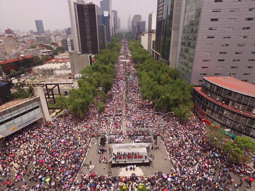Estamos comenzando el acto de apoyo a los maestros de México. Mucha gente. https://t.co/KkFiCODLsD