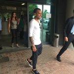 Guardate un po' chi è appena atterrato a Torino... Benvenuto @DaniAlvesD2 https://t.co/UqZp2U2FlZ