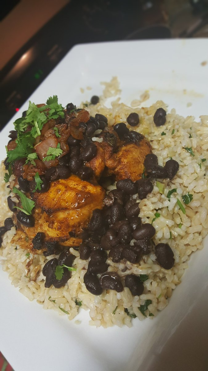 Cilantro chili lime broiled chicken with Cilantro line rice, black beans and sautéed onions #culinarytrapping https://t.co/j8QSLt3l1u