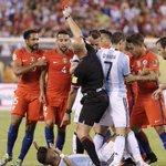 En la imagen Heber Lopes, el primer árbitro que saca una roja a un jugador pero se la muestra a otro. https://t.co/FLrn1bXKBU