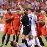 A quien le muestra la tarjeta Lopes si Rojo está en el piso? Es un aviso para los chilenos de que lo va a echar? https://t.co/S3Ts7RuhbI