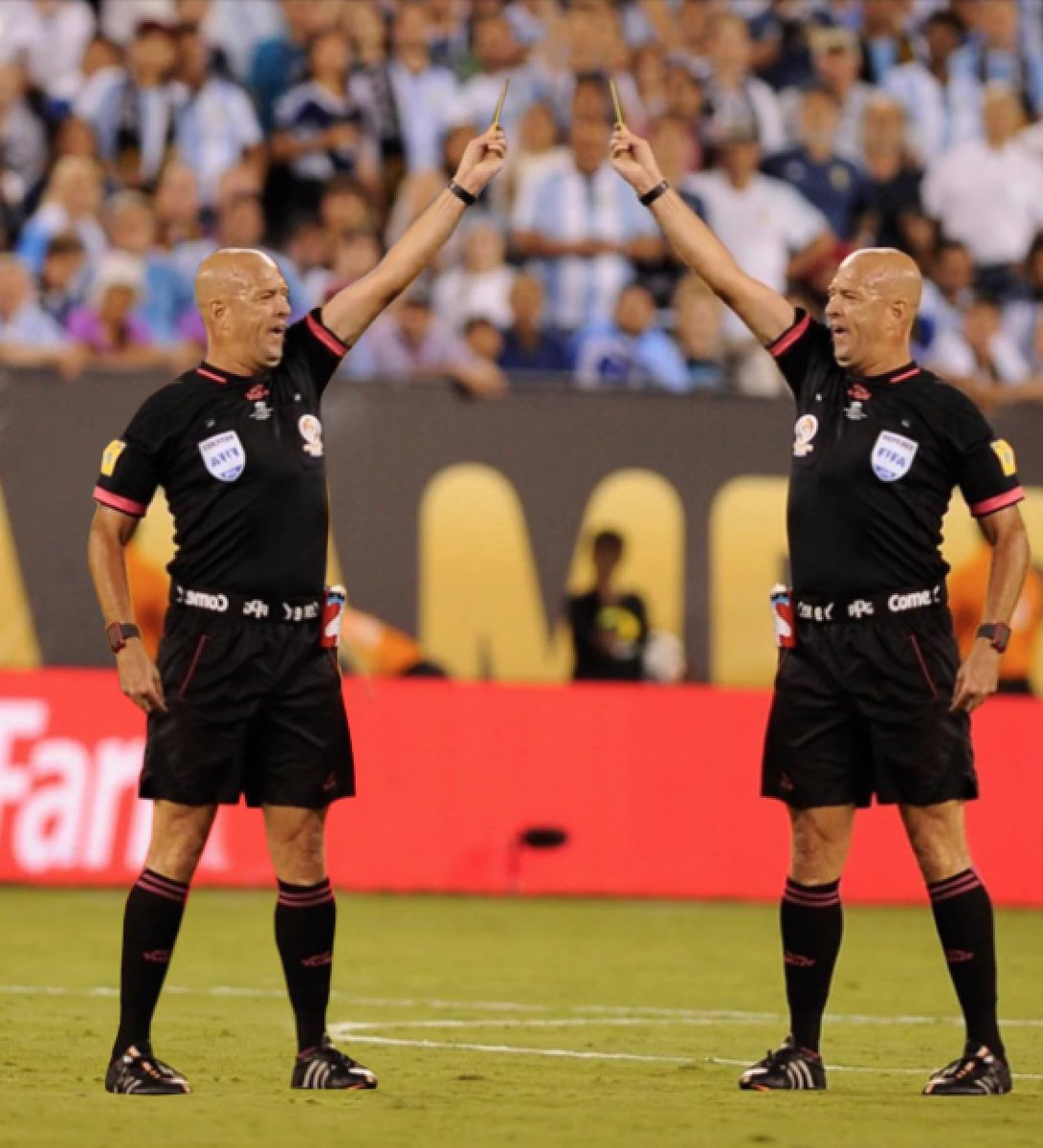 after this referee ejects all 22 players on the field, he's gonna be like… #ARGvCHI https://t.co/MOH8WZqfAd