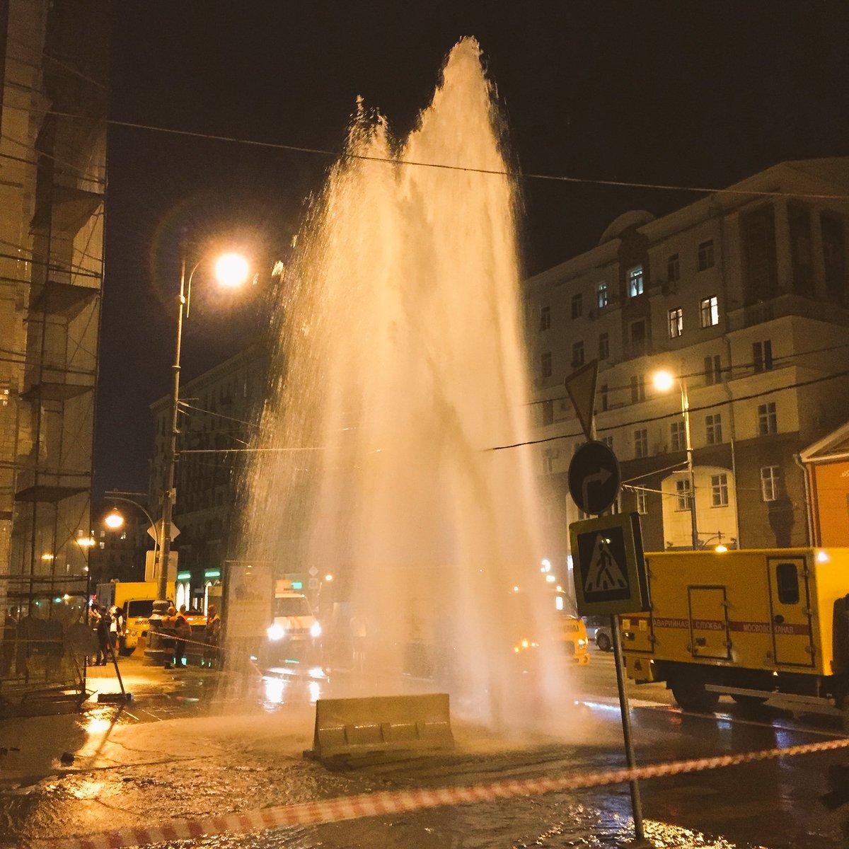 На Тверской красотища пипец. С каждой секундой вода хреначит всё больше и больше https://t.co/tpWWpM0dRX