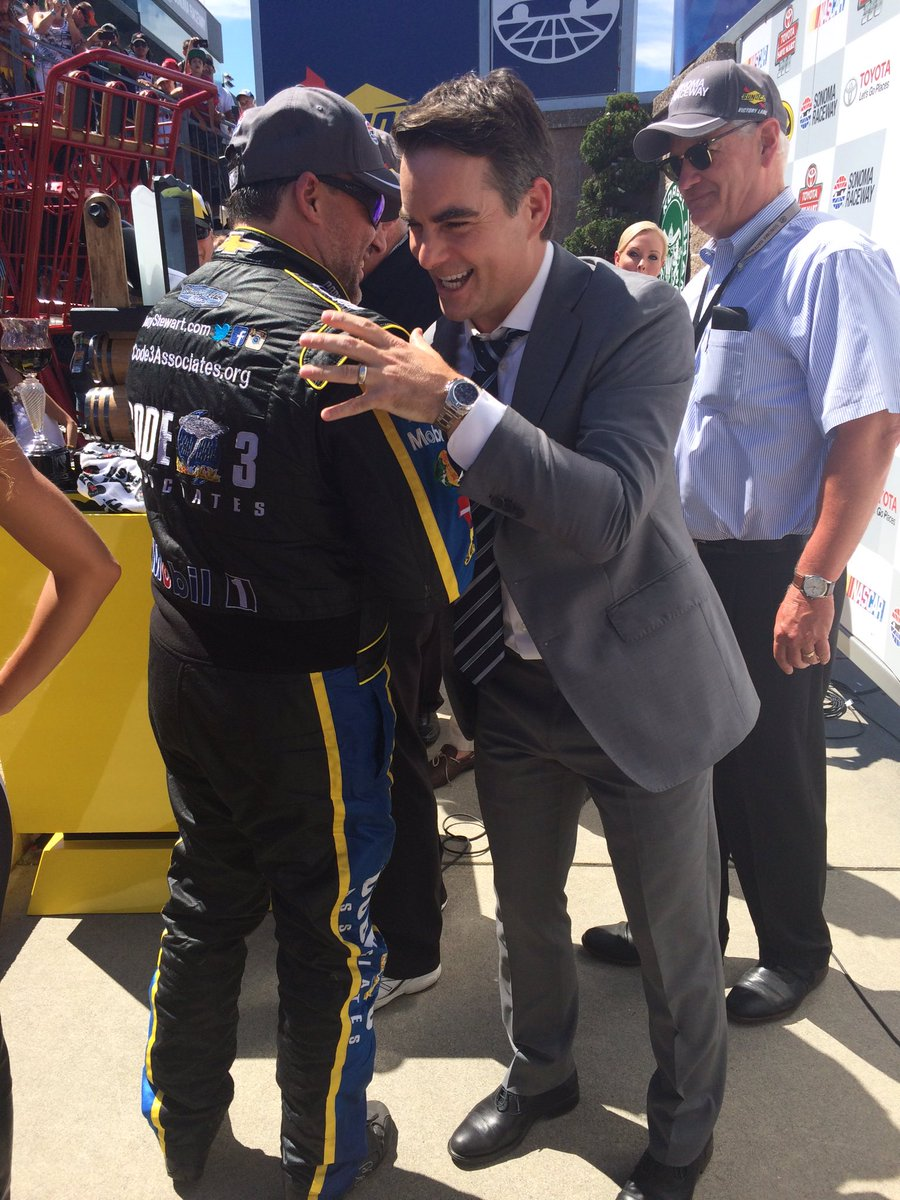 An unforgettable moment for two @NASCAR legends! @JeffGordonWeb congratulates @TonyStewart @RaceSonoma! -JW https://t.co/KbTmk8e2h7