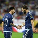 Batalla por ser goleador de la #CopaAmerica @eduvargas_17: 6 #Messi: 5 @G_Higuain: 4 https://t.co/UsAXKNK3wn https://t.co/BluMXhb3jC