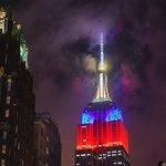 El Empire State carga su rayo de la muerte con los colores de Chile en honor a su obtención de la #CopaAmerica https://t.co/CkMWmN5ijz
