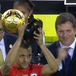 Alexis Sanchez reçoit le titre de meilleur joueur de la Copa America Centenario. #CopaAmerica https://t.co/3i3mpeprqn