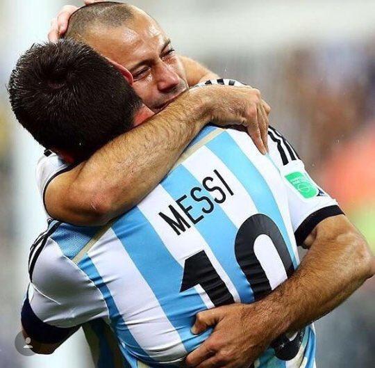 Un abrazo @TeamMessi y @Mascherano que demuestra que sienten la camiseta y dejaron todo!! Fuerza y Gracias #Messi https://t.co/I2DpekGhng