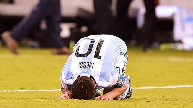 Nadie más q vos quería levantar la copa! Arriba amigo, el 99% d los argentinos está con vos, el 1% no existe! #Messi https://t.co/rZQSRrErkg