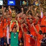 Chile alzando el título de la Copa América Centenario https://t.co/jbn33DoJvb