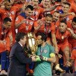 La espectacular atajada de Claudio Bravo ante Argentina que dio la vuelta al mundo https://t.co/chE80lWmkv https://t.co/fDvtQ8ndZB