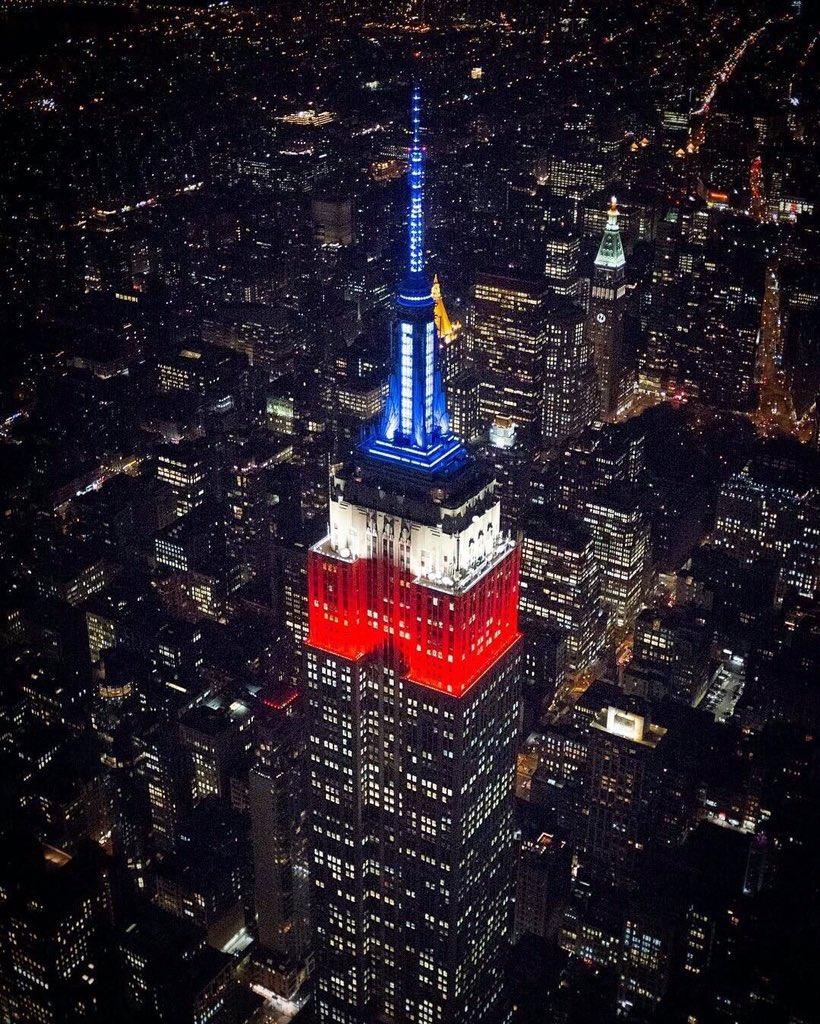 Buenas noches! Que sea un feliz amanecer para todos! El Empire State se viste de blanco, azul y rojo! https://t.co/TYUJObAgA7