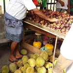 Havelock Road this month - an abundance of rambutan, durian and mangoosteen. #Colombo #srilanka https://t.co/8iNQm5Xit2