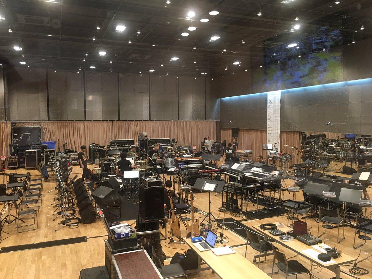 この巨大スタジオ、初めて来た。 なのに、器材と楽器で埋め尽くされているという。。 https://t.co/2P0fTyQ6c4