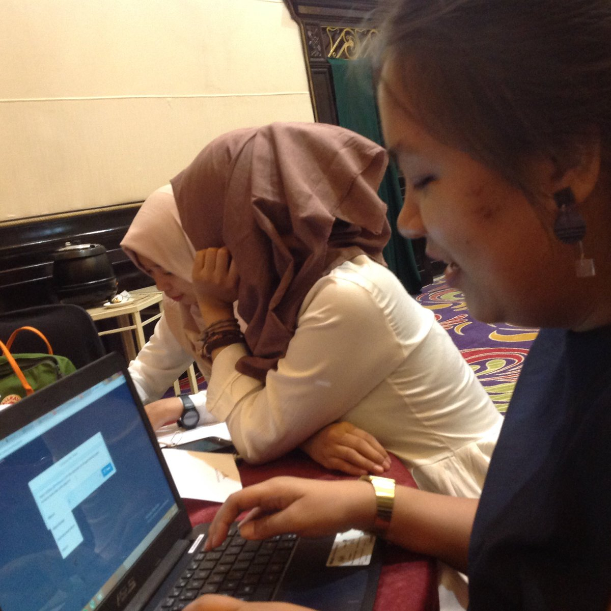 Kesibukan dari tim panitia yang patut di acungi jempol . #Mediawave6th #MWeraihBerkah https://t.co/TxJdGZLGCj