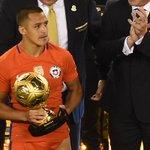 """¡Todos los premios! Sánchez fue elegido mejor jugador de la Copa y Bravo el """"guante de oro"""" https://t.co/61pQsXOIVf https://t.co/rmT87y0tm9"""