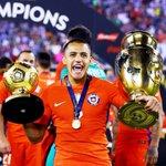 Alexis Sanchez termine meilleur joueur de la #CopaAmerica #ChileCampeonDeAmerica https://t.co/iLciq10kGj