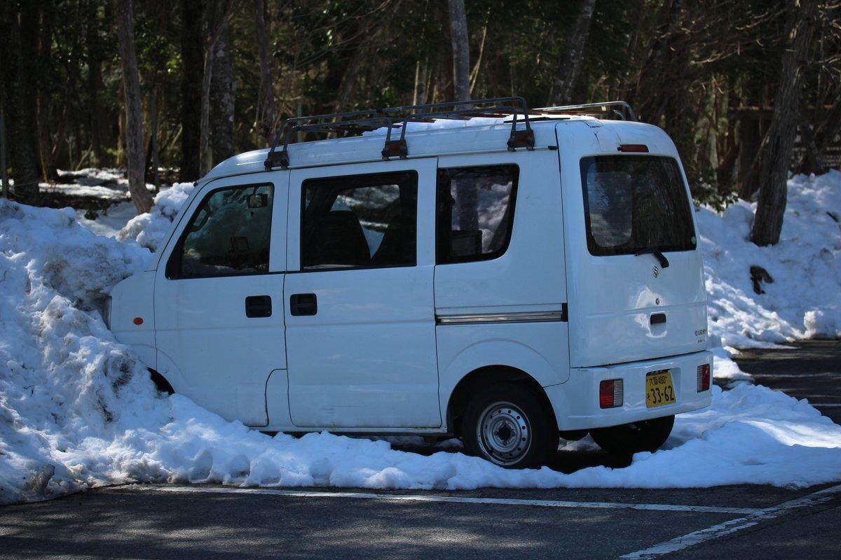 樹海の富岳風穴の駐車場に停まってる大阪ナンバーの軽ボックス。冬からず~っと放置されてて、運転してきた人は樹海内で亡くなっちゃってるんだろうけど、会社の車っぽかったので「あ、うちの車!!」って気づいたら、取りにいったらいいと思いますよ https://t.co/14Y8hXTOiv