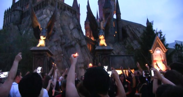 Harry Potter Fans Raise Their Wands In Tribute To Victims Of Orlando Shooting https://t.co/om4JkSmXot @BuzzFeedBooks https://t.co/7TbtSH3WpA