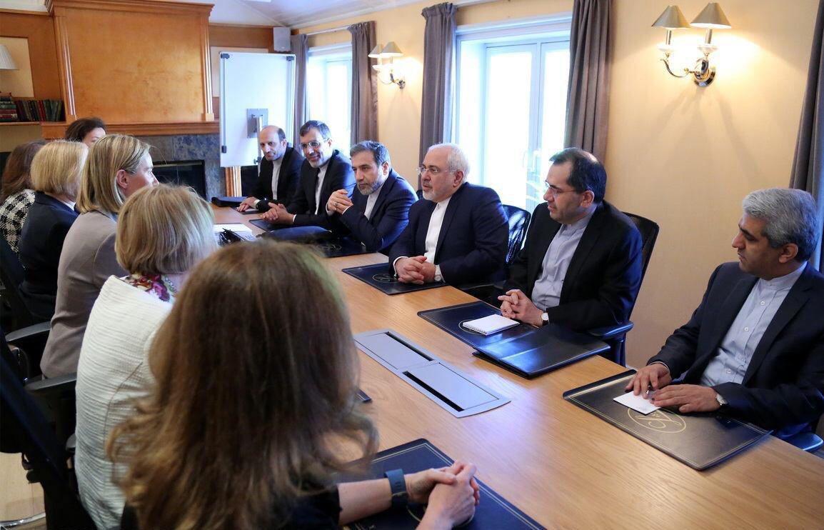 Bu fotoğraf ne kadar düşündürücü! İran diplomatik ekibi(hepsi erkek) AB ekibiyle buluşuyor, onların da hepsi kadın! https://t.co/cEkaQpK7H5