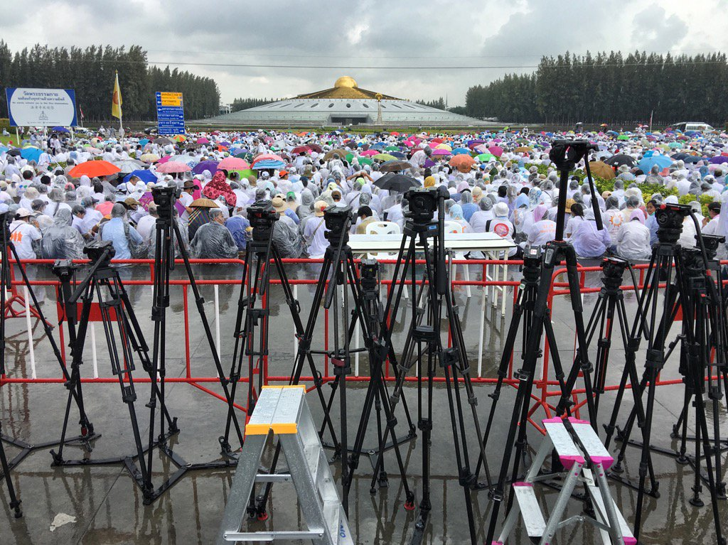Rain has stopped play at Dhammakaya temple. Only followers and tripods worship before the stupa. https://t.co/3eMHNXzk4P