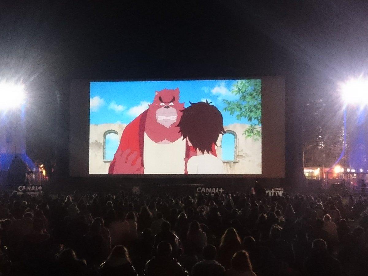 アヌシー国際アニメーション映画祭にて「バケモノの子」が野外上映されました。湖の辺の巨大スクリーンは無料開放され、約4,0