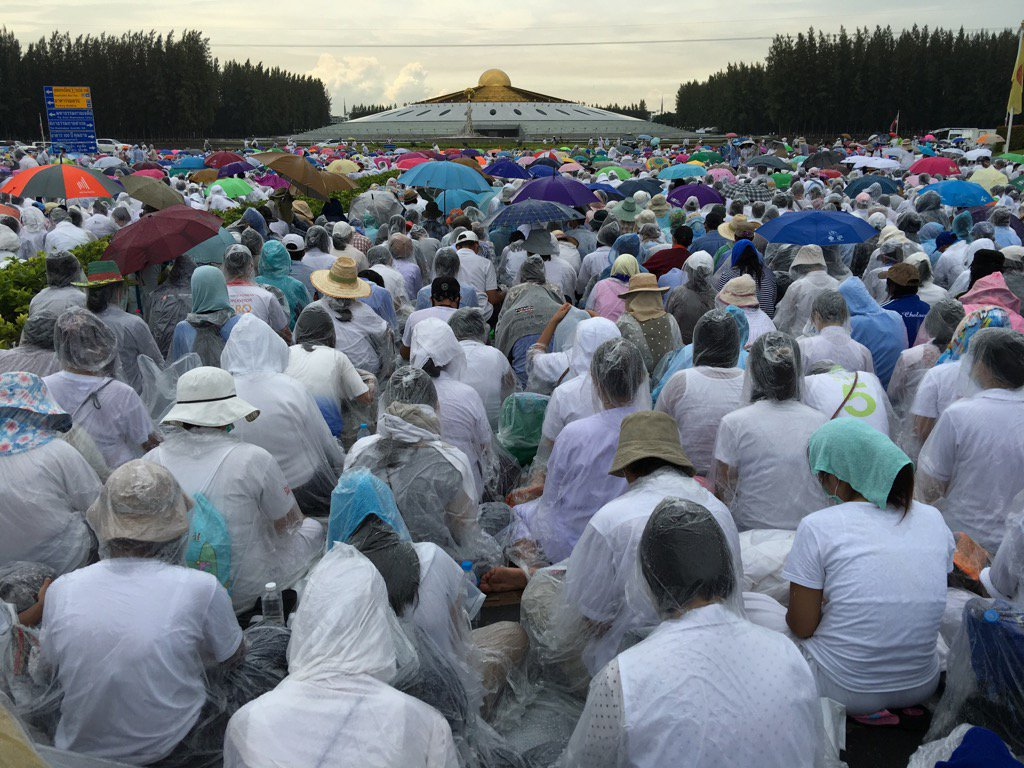 Potent ad for Dhammakaya meditation techniques? This human barrier of devotees has sat almost motionless for hours. https://t.co/2E4qWZH4Eb
