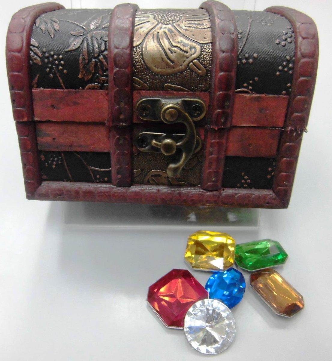 ゲームマーケット2016春で出品されておりました『キラキラ宝石セット』入荷いたしました! 豪華な箱の中に白、青、緑など6色の宝石が計40個入っています。 TRPGはもちろん、ボードゲームでもご利用いただけそうですね! https://t.co/k2oJDdlgho